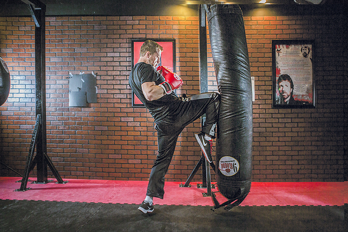 a description of the kaminari kickboxing gym Kickboxing workout: sculpt muscles and blast fat kickboxing is an easy way to lose weight, burn calories and get stronger knock out boredom and blast fat all over with these muscle-sculpting kickboxing exercise moves.