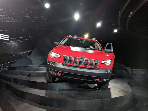 Jeep Cherokee shows toned down face and turbo four-cylinder in Detroit